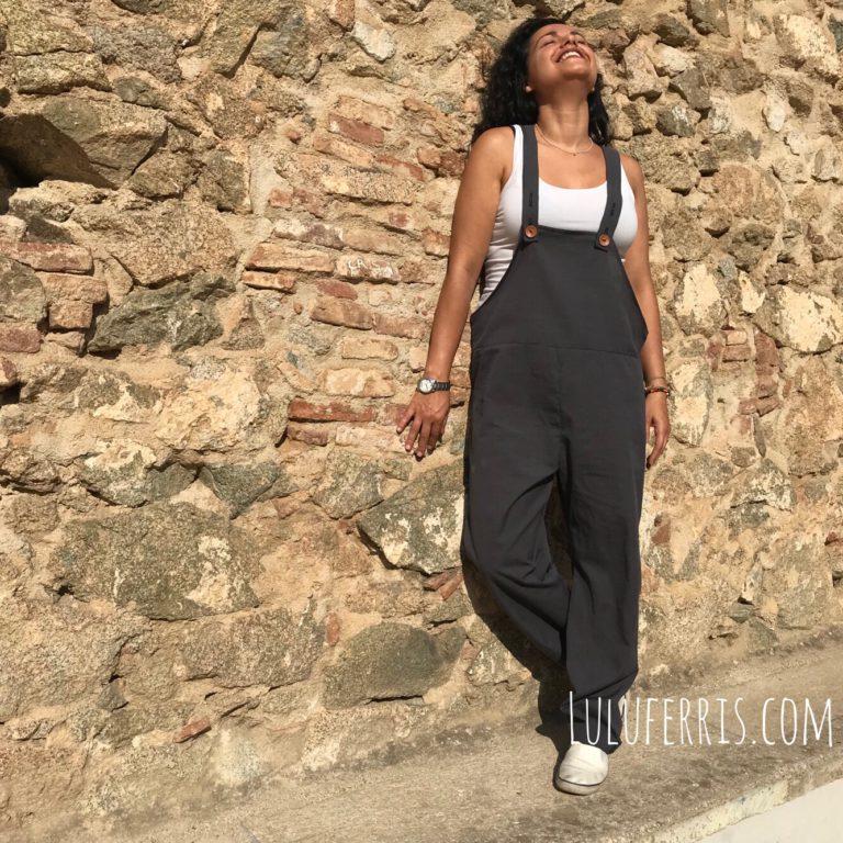 Peto ancho para mujer con bolsillos traseros y tirantes justables